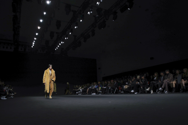 A model presents a creation by Blanc de Noirs on a catwalk at the 2019 fall-winter Seoul Fashion Week on Thursday. (Seoul Design Foundation)