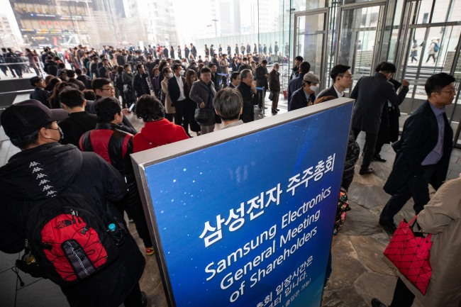 Investors stand in line outside Samsung Electronics headquarters in southern Seoul to attend a general shareholders meeting on March 20. (Yonhap)