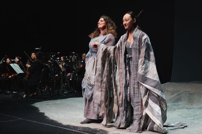 Soprano Sarah Wegener (left) and Noh singer-dancer Ryoko Aoki (Tongyeong International Music Foundation)