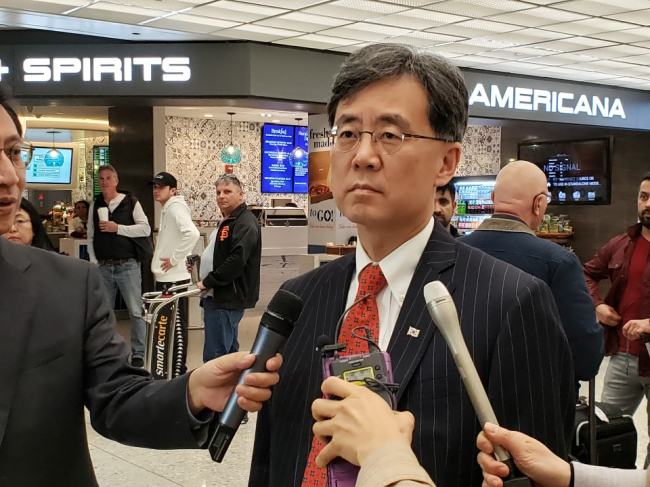Kim Hyun-chong, the No. 2 deputy chief of Cheong Wa Dae's National Security Office, speaks on his arrival at Dulles International Airport in Washington D.C. (Yonhap)