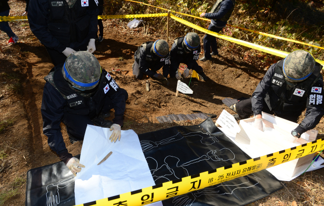 The South Korean military's war remains recovery agency retrieves the remains of those killed during the Korean War at Arrowhead Ridge near the Demilitarized Zone on Oct. 25. (Yonhap)