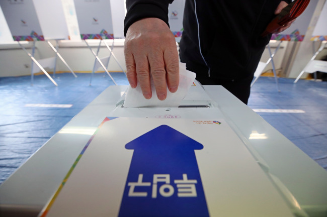 A voter casts ballotat a polling place set upat an apartment complex in Seongsan-gu, Changwon city on Wednesday morning, in the April by-election widely considered a litmus test for next year's general elections. (Yonhap)