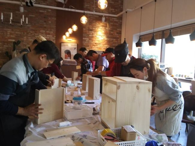 People living alone in Seodaemun-gu, Seoul, make woodcrafts at a networking event. (Seodaemun-gu Health Family Support Center)