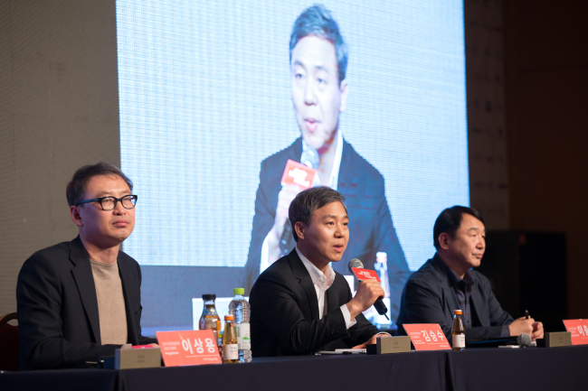 Kim Seung-soo (center), chairman of the organizing committee of Jeonju International Film Festival, speaks during a press conference held Wednesday in Jeonju, North Jeolla Province. (Jeonju IFF)