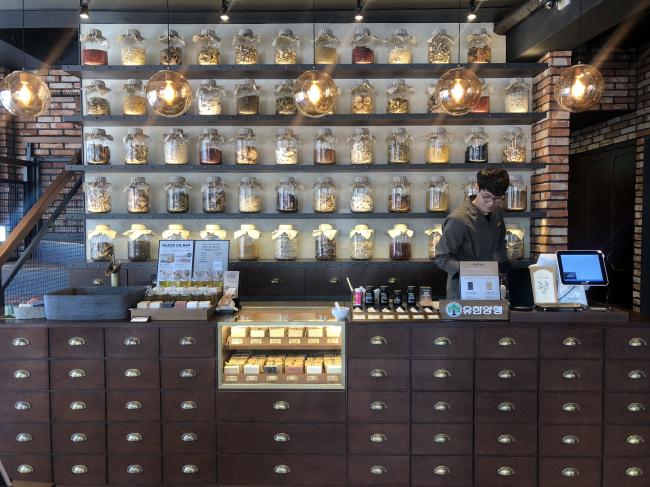 Apothecary-like New Origin cafe (Lim Jeong-yeo/The Korea Herald)