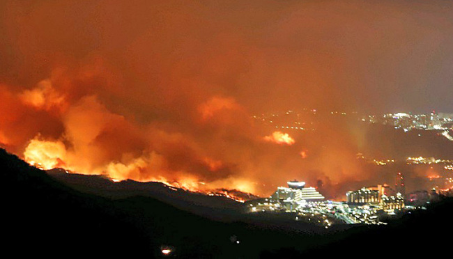 Fire strikes the northeastern border town of Goseong on Thursday. (Yonhap)