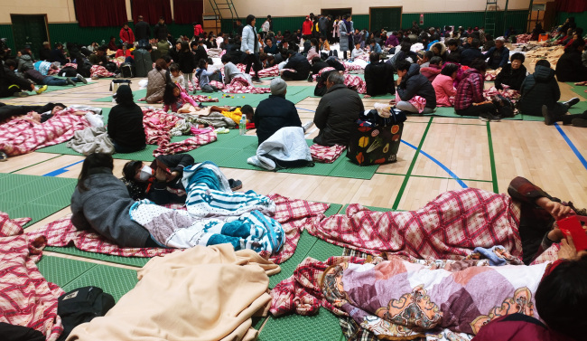 The evacuation shelter for residents who fled from a mountain fire in Gangwon Province (Yonhap)