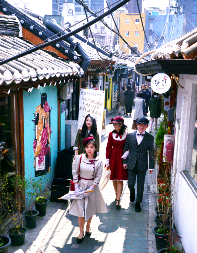 In Ikseon-dong, the retro mecca of Seoul, young people dressed up in retro style from head to toe has become an increasingly common sight. (Park Hyun-koo/The Korea Herald)