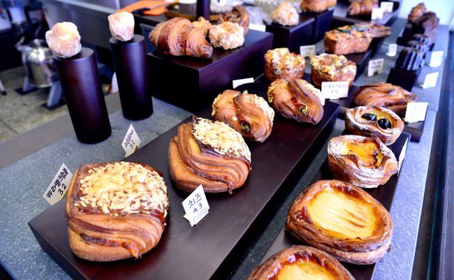 Goollim's owner and pastry chef Lim Kyoung-jin bakes both savory and sweet treats, including buttery Danishes and rich financiers. (Photo credit: Park Hyun-koo/The Korea Herald)