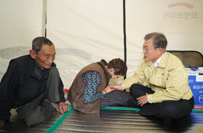 - President Moon Jae-in speaks with evacuees during a visit to a shelter set up in Cheonjin Elementary School on Friday afternoon. (Yonhap)