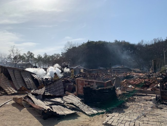 A mountainside village in Toseong-myeon, Gangwon Province, lies in ruins on Friday after fire swept through the area. (Kim Arin/The Korea Herald)