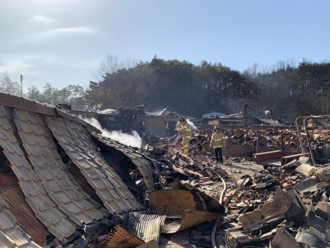 A mountainside village in Toseong-myeon, about 5.6 km away from where Korea`s worst wildfire started in Goseong, Gangwon Province, lies in ruins around 16 hours after the town was evacuated. (Kim Arin/The Korea Herald)