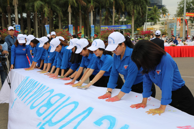 Vietnamese people participate in the event to raise awareness about land mines, hosted by KOICA on Thursday. (KOICA)