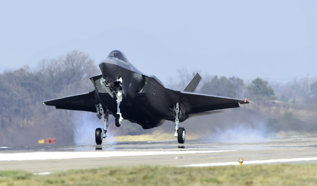 Stealth fighter jet F-35A lands on the Air Force base in Cheongju, North Chungcheong Province on March 29. (Yonhap)