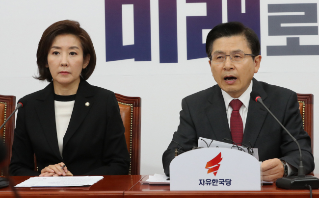 Liberty Korea Party Chairman Hwang Kyo-ahn (right) and floor leader Rep. Na Kyung-won attend the party`s supreme council meeting on Monday. Yonhap