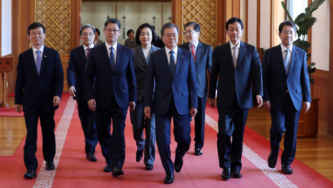 President Moon Jae-in (center) walks along with newly appointed ministers after the appointment ceremony. From left: Moon Seong-hyeok, Noh Young-min, Kim Yeon-chul, Park Young-sun, President Moon Jae-in, Chin Young, Park Yang-woo (Yonhap)