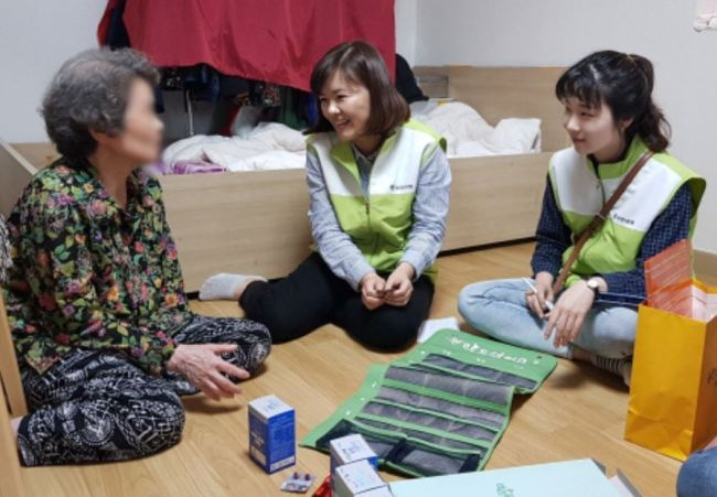 Employees of a Seoul-based enterprise visit an elderly woman who resides alone at a house in Yongin, Gyeonggi Province, on May 26, 2018, as part of social contribution activities. (Yuhan Corp.)