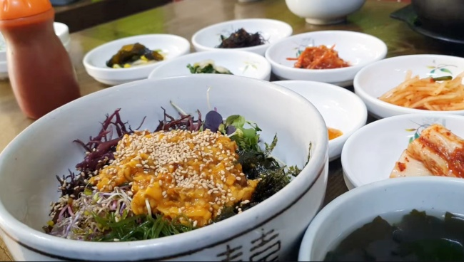 Meongge (sea pineapple) bibimbap (Im Eun-byel/The Korea Herald)