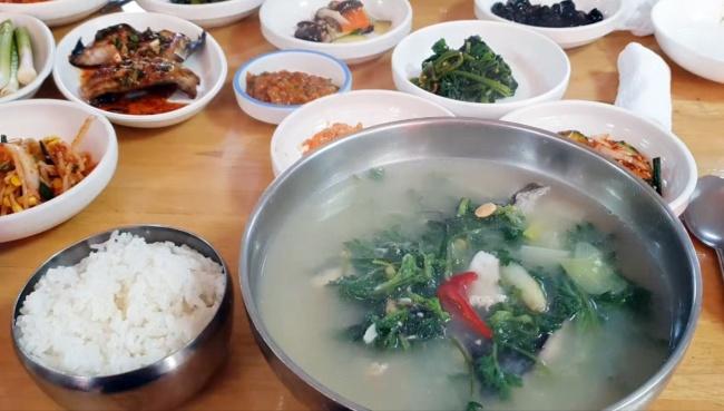 Dodari ssukguk, flounder and mugwort soup (Im Eun-byel/The Korea Herald)