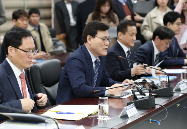 Financial Services Commission Chairman Choi Jong-ku (second from left) holds a meeting with the CEOs of Korea`s credit card companies at the FSC headquarters in Seoul, Tuesday. (Yonhap)