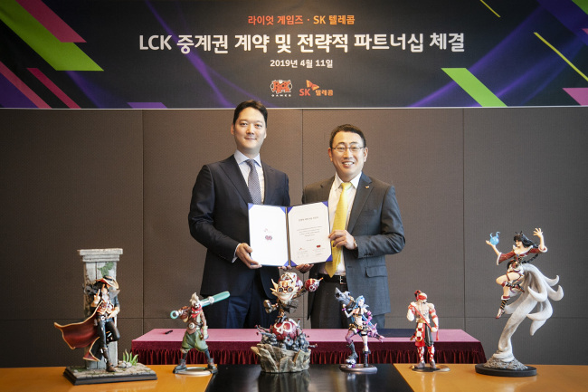 Riot Games Korea Country Representative Jaysen Park (left) with SK Telecom's head of MNO business Yoo Young-sang (Riot Games)