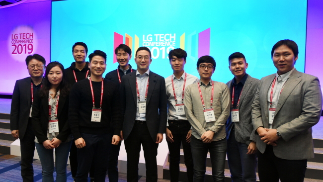 LG Chairman Koo Kwang-mo poses for a picture with participants at the LG Tech Conference in San Francisco over the weekend. (LG Group)