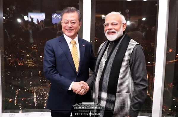 President Moon Jae-in with his Indian counterpart Narendra Modi at Lotte World Tower in February 2019. (Cheong Wa Dae)