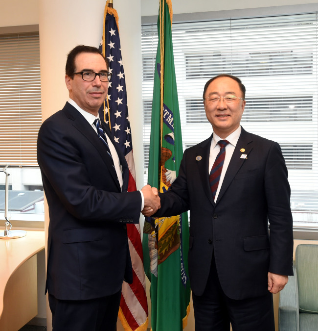 Deputy Prime Minister and Finance Minister Hong Nam-ki meets with US Treasury Secretary Steven Mnuchin on Saturday, on the sidelines of his G-20 ministerial meeting in Washington. (Ministry of Economy and Finance)