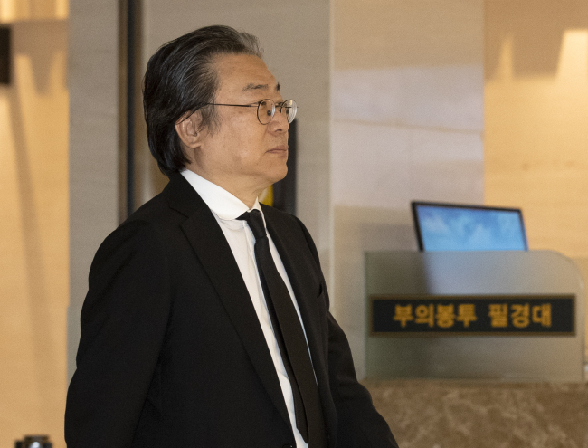 Cho Jung-ho, younger brother of late Hanjin Group Chairman Cho Yang-ho and incumbent chairman of Meritz Financial Group, visits his late brother's funeral on Saturday. (Yonhap)