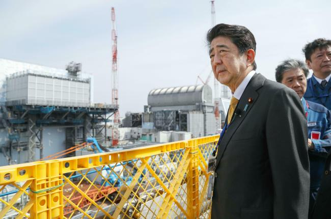 Japanese Prime Minister Shinzo Abe visits Fukushima Dai-ichi nuclear power plant in Okuma, Fukushima prefecture, Japan, Sunday, to inspect the reconstruction effort following the tsunami, quake and nuclear accident in 2011. (AP-Yonhap)