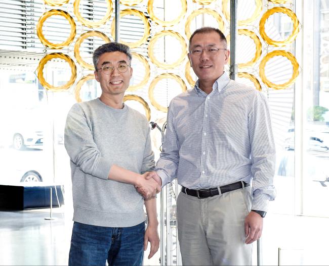 Hyundai Motor Executive Vice Chairman Chung Eui-sun (right) shakes hand with Song Chang-hyun, CEO and founder of CODE42, at a meeting in Seoul. (Hyundai Motor)