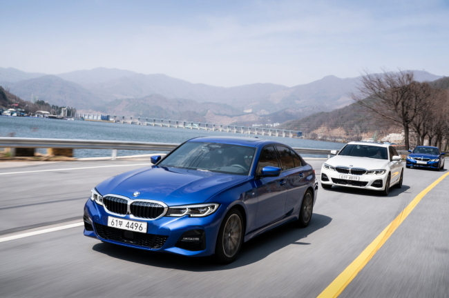 The seventh-generation model of BMW 3 Series drives on the road. (BMW Korea)