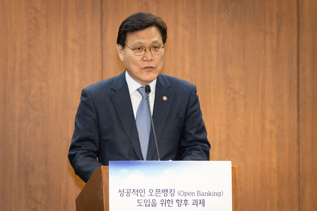 Financial Services Commission Chairman Choi Jong-ku speaks during an open banking seminar held in Seoul, Monday. (FSC)