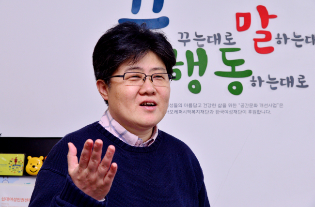Cho Jin-kyeong talks about the sex trafficking of minors in Korea at the Teens Up office in Seoul. (Park Hyun-koo / The Korea Herald)