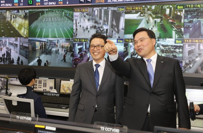 Incheon International Airport Corp.'s new President Koo Bon-hwan (right) inspects airport facilities during a visit to the airport's Integrated Operation Center in Incheon, Tuesday. (IIAC)