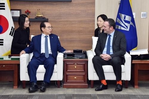 Busan Metropolitan City Mayor Oh Keo-don (left) and Renault Samsung Motors CEO Dominique Signora converse during a closed-door meeting in Busan, Tuesday. (Busan Metropolitan City)