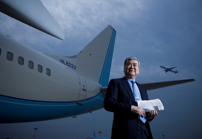 Late Hanjin Group Chairman Cho Yang-ho poses in front of an aircraft in this file photo provided by Yonhap News. (Yonhap)