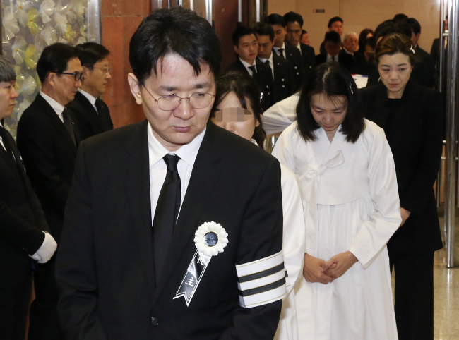 Korean Air President Cho Won-tae leads the funeral procession for his father and late Hanjin Group Chairman Cho Yang-ho in Seoul on Tuesday. Yonhap