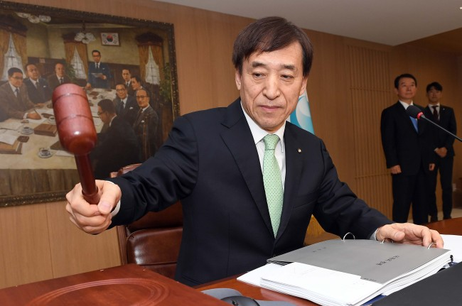 Bank of Korea Gov. Lee Ju-yeol chairs the monetary policy board meeting on Thursday. (Yonhap)