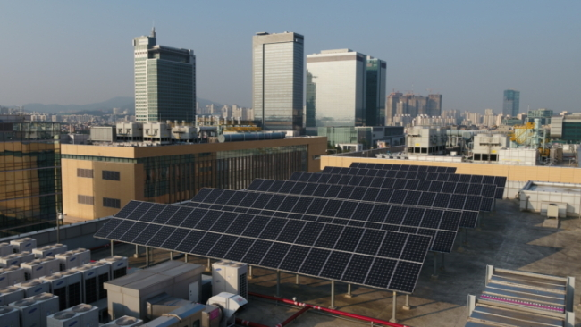Beginning 2018, Samsung Electronics will additionally install a total of 63,000 ㎡ of solar arrays and geothermal power generation facilities in its Suwon, Pyeongtaek and Hwaseong campuses (Samsung)