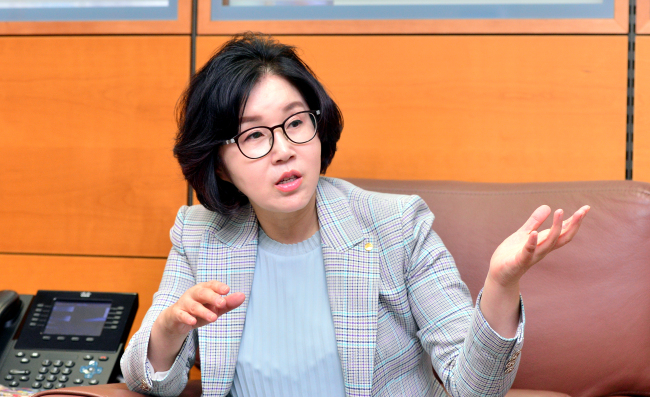 Jeong Jong-suk, executive vice president and chief of the wealth management group at Woori Bank, speaks in an interview with The Korea Herald at the bank's headquarters in Seoul. (Park Hyun-koo/The Korea Herald)