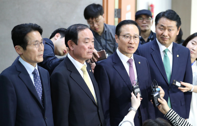 Democratic Party of Korea floor leader Hong Young-pyo (second right) answers questions following the four floor leaders' annoucement to put key reform bills on the fast track on Monday. (Yonhap)