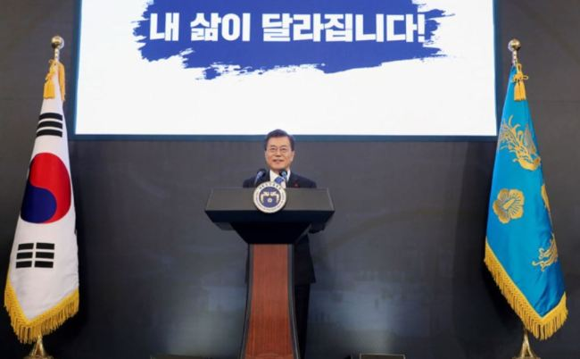 """Caption: President Moon Jae-in delivers his New Year's message at Cheong Wa Dae on Jan. 10, 2018. The placard behind him reads, """"My life is changing!"""" (Cheong Wa Dae)"""