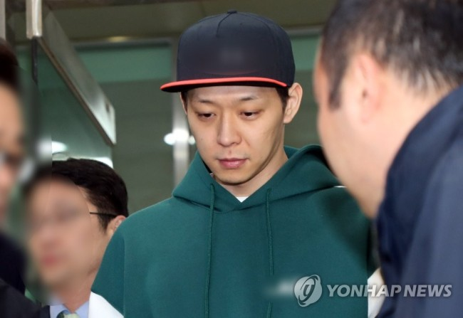Park Yoo-chun leaves a police station after a second interrogation on Thursday. (Yonhap)