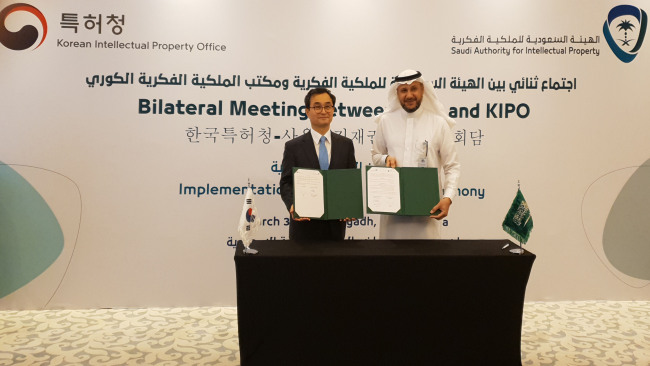 KIPO Commissioner Park Won-joo (left), and Mohammed Al-Swailem, CEO of the Saudi Authority for Intellectual Property, pose for a photo after signing a memorandum of understanding for IP exchange at the Ritz-Carlton Hotel in Riyadh, Saudi Arabia, March 31. (KIPO)