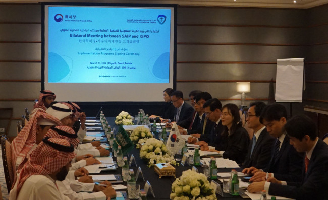 South Korean and Saudi IP office officials attend a meeting at the Ritz-Carlton Hotel in Riyadh, Saudi Arabia, March 31. (KIPO)