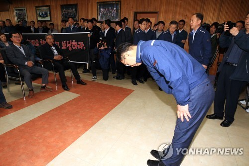 CEO Kim Jong-kap bows to local residents in a show of remorse for the recent wildfires that destroyed many of their homes. (Yonhap)