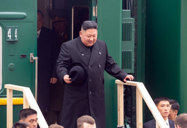 North Korean leader Kim Jong-un disembarks from his train in Russian border city of Khasan on Wednesday. (Yonhap)