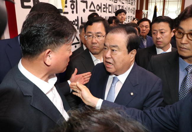 National Assembly Speaker Moon Hee-sang (center) exchanges loud criticism with main opposition Liberty Korea Party lawmakers at Moon's office on Wednesday. (Yonhap)