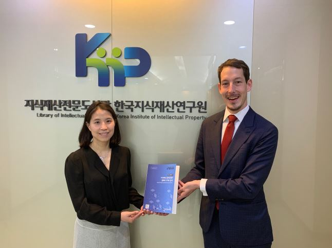 Lim Hyo-jeong (left), the head researcher for KIIP's report on IP-intensive industries' economic contributions, and Sven-Erik Batenburg, the ECCK's Intellectual Property Rights Director. (ECCK)